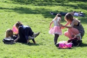 Karina e Guenda, mamme a tempo pieno: pomeriggio al parco con le figlie