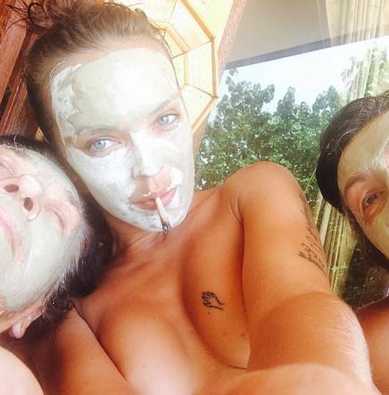 Andrea Lehotska, semi topless nella giungla