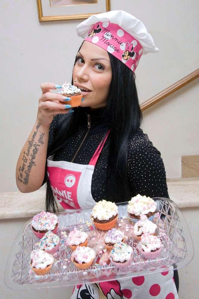 """Mia Cellini, dopo l'addio al fidanzato si""""consola"""" con i cupcake su Youtube"""