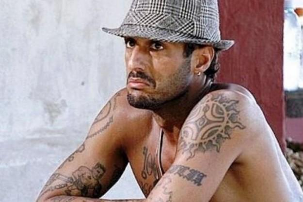 lex-fidanzato-di-belen-a-torso-nudo-e-con-il-cappello-in-testa
