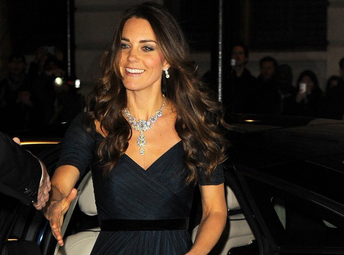Photos-Kate-Middleton-une-vraie-princesse-etincelante-avec-son-collier-inestimable-!_portrait_w674