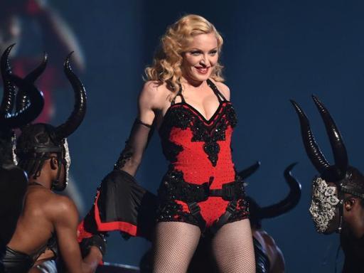 madonna-in-crisi-la-pop-star-sembra-ubriaca-sul-palco-di-louisville