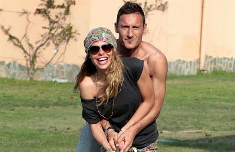 Francesco-Totti-Ilary-Blasi-SPY-28-2013_470x305