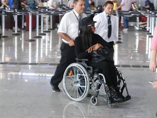 naomi-campbell-in-sedia-a-rotelle-allaeroporto-di-san-paolo